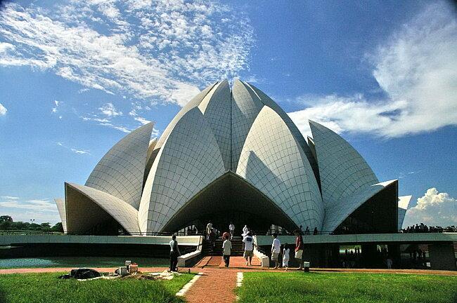 Строительство храма Лотоса (Lotus Temple) в Дели было завершено в 1986 году. И с тех пор это здание в форме цветка и окружающие его сады привлекают туристов со всего мира