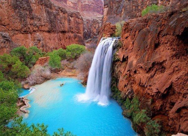 В Гранд-Каньоне в реку Колорадо впадают несколько ручьев, образующих многочисленные пороги и водопады. Наиболее популярны из них живописные водопады Муни-Фолс и Бивер-Фолс, но настоящей жемчужиной среди них считается водопад Хавасу-Фолс