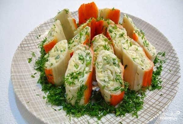 Салат из крабовых палочек с сыром фото