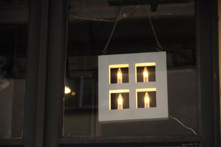 Всюду горят рождественские семисвечники - подставки с несколькими (чаще всего, семью) свечами. В витринах магазинов рождественские сценки, муми-тролли, олени, пряники, гномы, сердечки - всеобщий праздник.