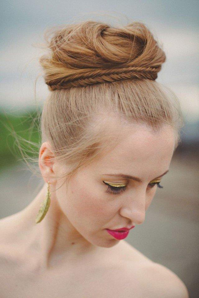 Свадебная прическа с забранными наверх волосами и жгутами