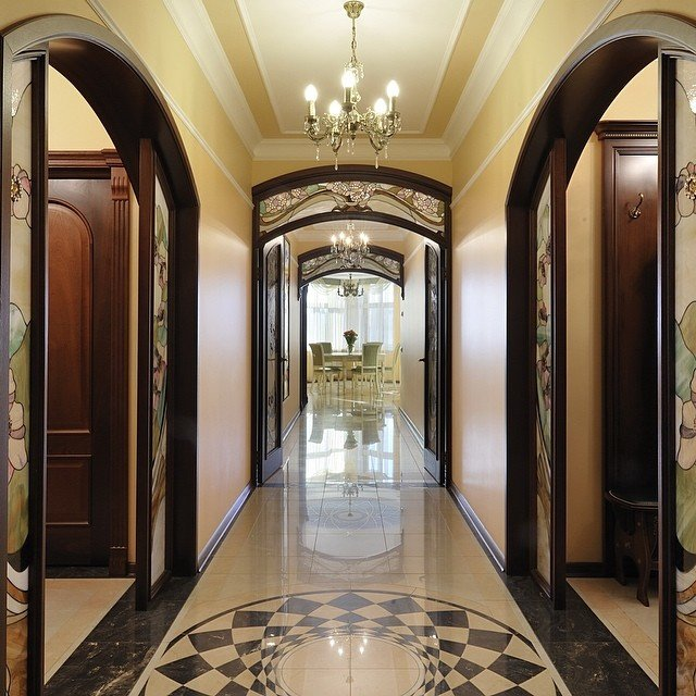 Дизайн и цвет напольной плитки в коридоре.