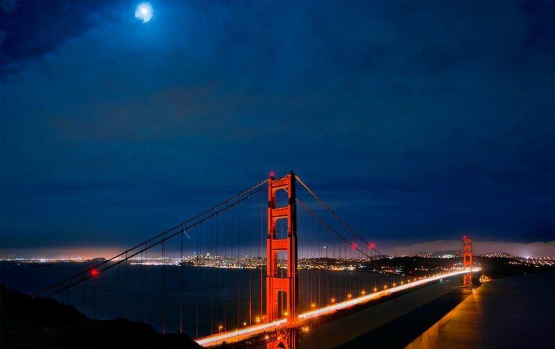Висячий мост через пролив Золотые Ворота, соединяющий город Сан-Франциско на севере полуострова Сан-Франциско и южную часть округа Марин, рядом с пригородом Саусалито, считается одним из самых посещаемых и узнаваемых мостов в мире
