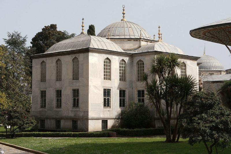 """Первоначальное название дворца - """"Сара-и-Джедиде-и-Амире"""".  В 1856 году, с завершением строительства Дворца Долмабахче, во Дворце Топкапы стали жить только жёны низложенных или же умерших падишахов. В 1923, с установлением республики, Дворец Топкапы, как и другие дворцы был объявлен музеем."""
