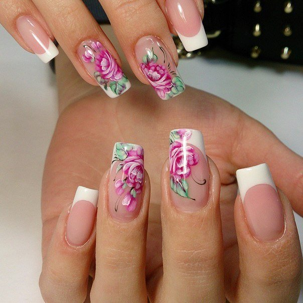 С помощью нарциссов, маков, роз, фиалок, анютиных глазок, ромашек и других цветов тоже можно дополнять маникюр – для этого выполняется цветочная роспись ногтей.