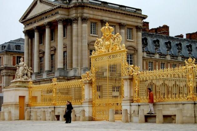Версальский королевский дворец был построен архитекторами Лево (1661 - 1668), Ф.Орбэ (1670 - 1674), а на последних этапах в его строительстве принял участие Ардуен Мансар (1678 - 1689).
