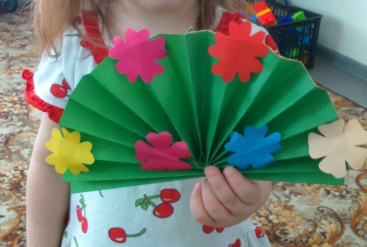 Классический вариант поделки на 8 марта в детский сад — восьмерка из бумаги.