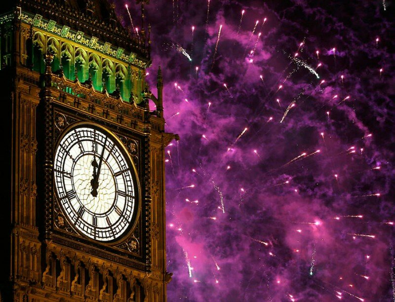 Салют над башней Елизаветы во время празднования Нового года в Лондоне.