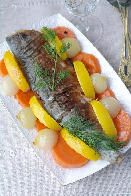 Скумбрия в маринаде ескабече.  Если верить источнику, это старинный испанский рецепт. Маринад ескабече известен давно. Благодаря ему рыбные и мясные продукты можно было сохранять без холодильников. Маринад обладает интересным, приятным вкусом, который передает погруженным в него продуктам. И рыба и овощи становятся очень вкусными.