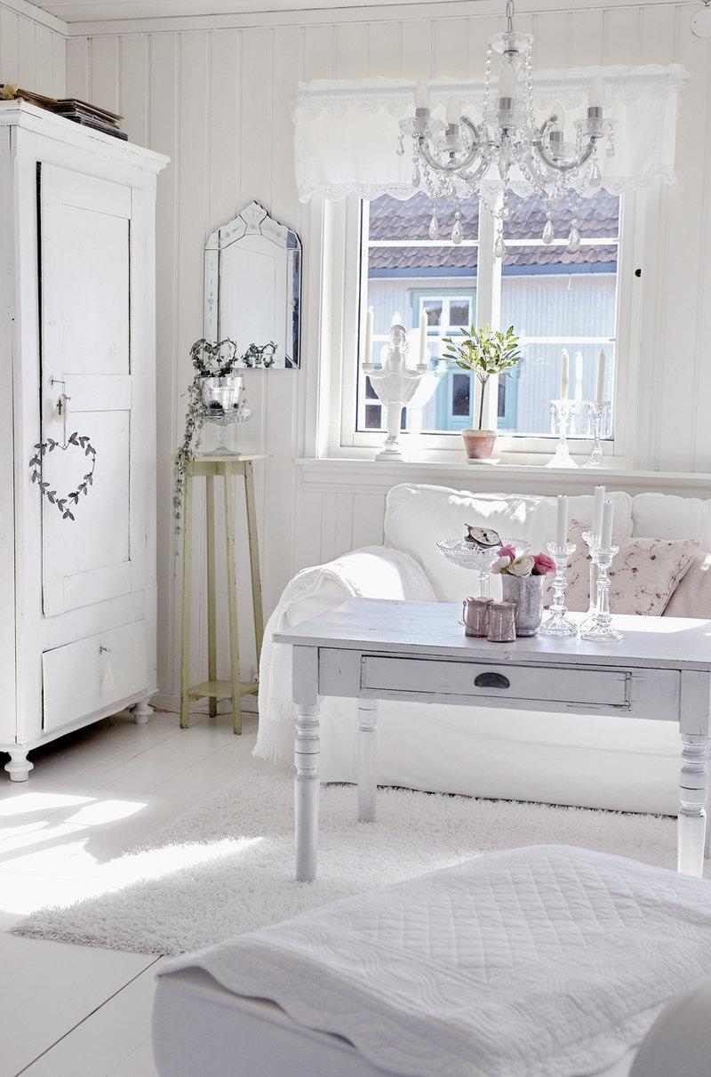 Белая короткая штора и красивый декор в стиле шебби-шик