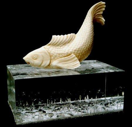 Резьба по кости, фигура рыбы с поднятым хвостом