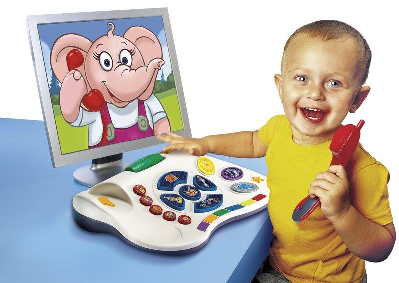 Игрушки для ребенка с 3 до 5 лет мальчик играет с детским компьютером