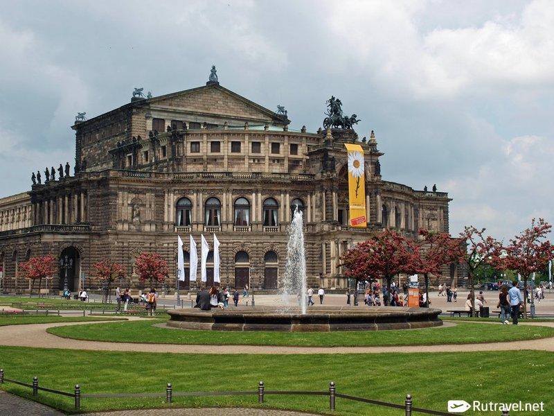 Дрезденская государственная опера – это один из лучших театров мира. Здание располагается в самом центре города.