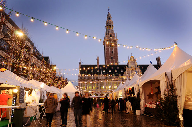 На площади в бельгийском городке Лёвен находится 140 празднично украшенных домиков.
