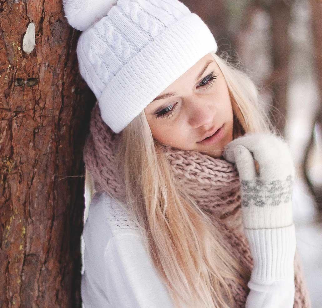 фото девушек в зимних шапочках по моде
