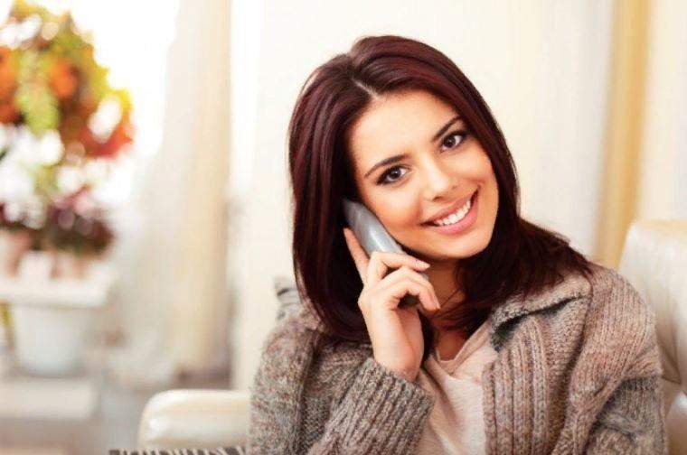 Девушка брюнетка разговаривает по телефону фото 10