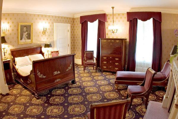 Спальня с закрытым полом ковровым настилом