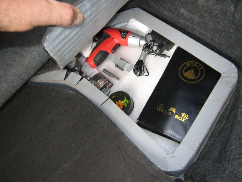 В Джили МК (Geely MK) недостаточно продумана организация внутреннего пространства багажника. Если буксировочный трос и огнетушитель можно положить в запасное