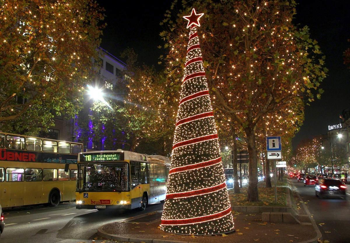 картинка елка наряженная на улице
