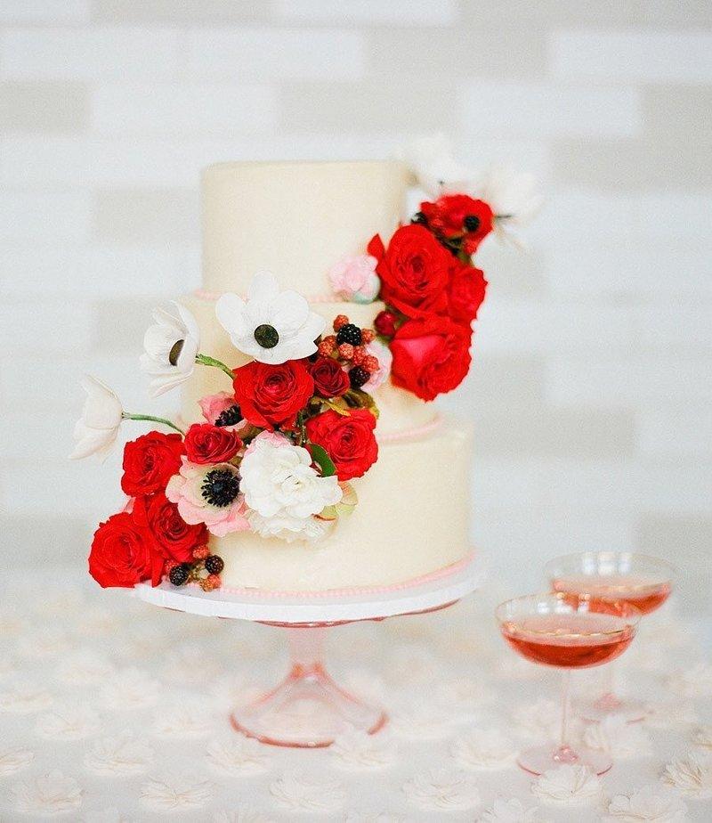 Не знаете, какую палитру выбрать для свадьбы? Обратите внимание на цвет фиеста – огненно-красный, который выбран институтом «Pantone» одним из самых модных цветов для весенне-летних свадеб 2016.