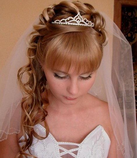 Фото прическа на свадьбу с диадемой челкой 98