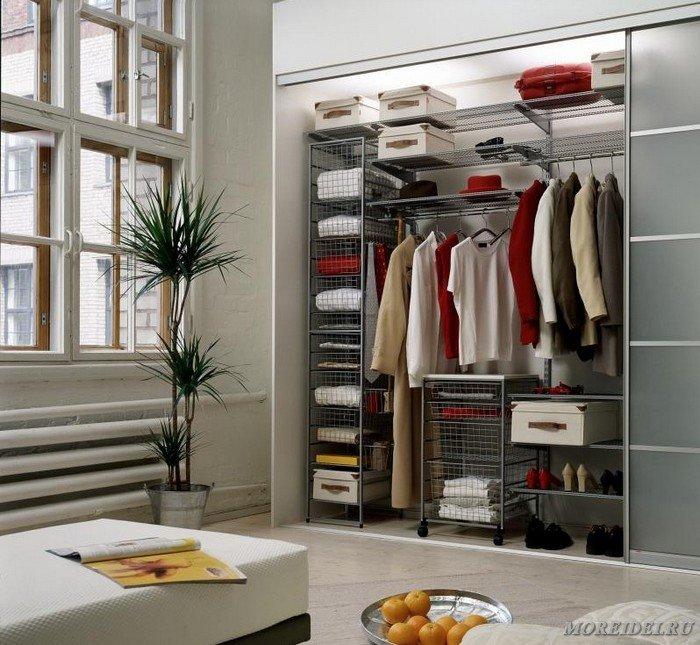 Идея для оформления гардеробных комнат.
