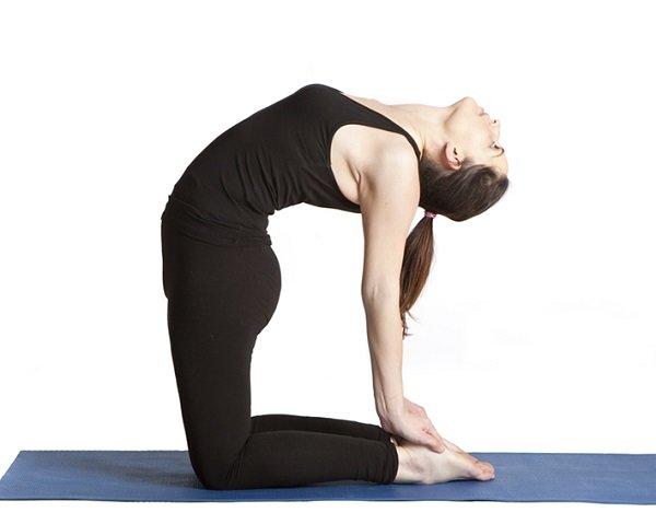 Замечательная поза, чтобы убрать жир с талии. Кроме того, она благотворно влияет на аппетит и укрепляет мышцы ног.