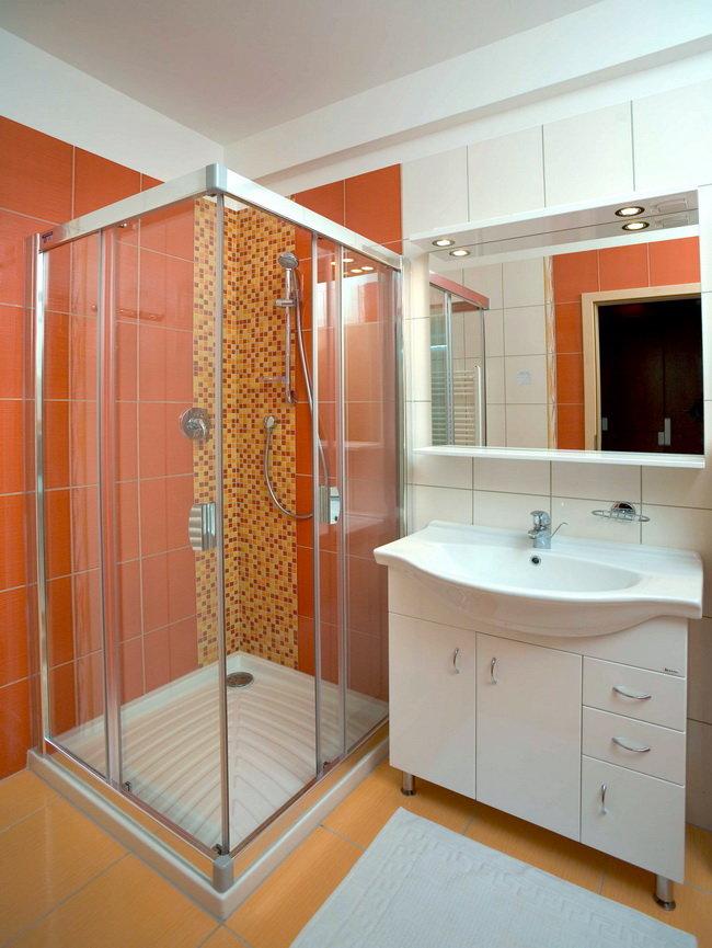 Устанавливая в ванной комнате душевую кабину, надо продумать её дизайн и планировку, учитывая размер помещения. И в соответствии с этим выбрать вариант душевой