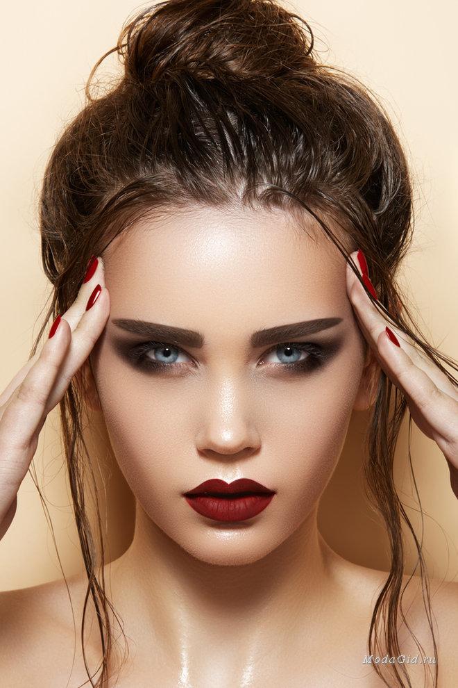 Яркий акцент бордового цвета в макияже