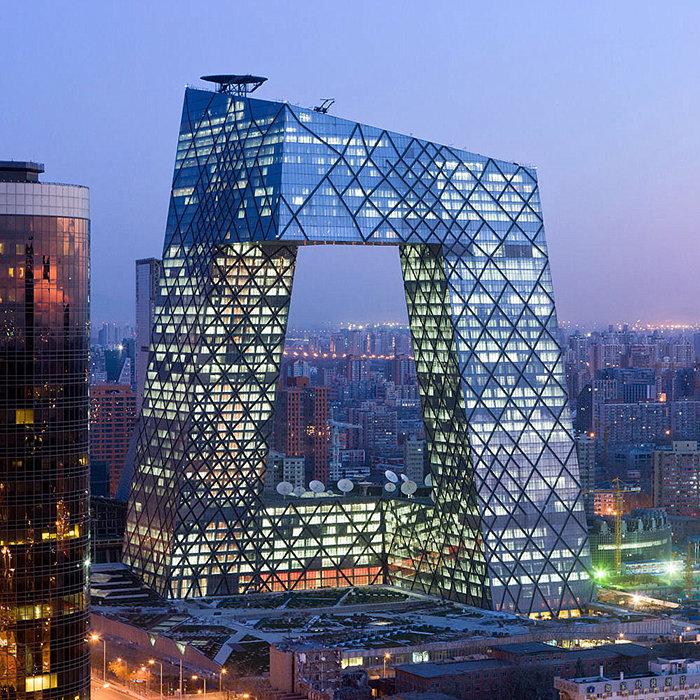 В 2009 году было завершено строительство уникального здания штаб-квартиры CCTV в китайской столице. Новая штаб-квартира CCTV, расположенная на 20 га земли, считается самым значимым проектом знаменитого голландского архитектора Рэма Колхаса. Современный небоскреб состоит из двух башен (54 и 44 этажа), высота большей из них составляет 234 м. Между собой два корпуса соединяются с помощью горизонтальных конструкций на уровне последних этажей и у основания. Интересно, что из-за столь необычной формы строение получило прозвище «большие штаны».