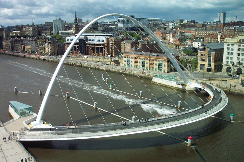 В основе моста две стальные арки.
