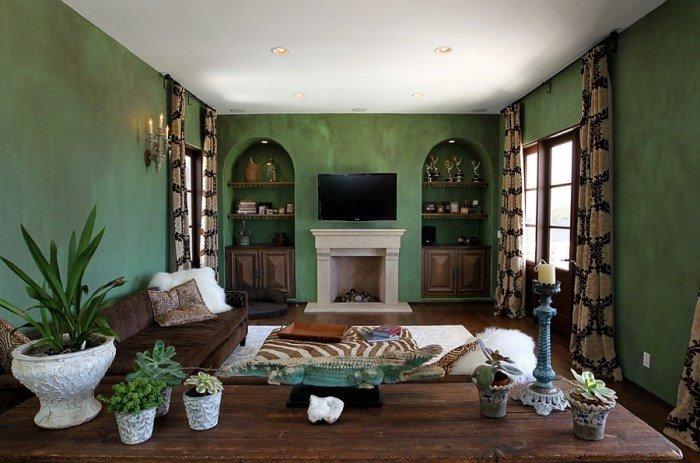 Темнокоричневый камин и зеленая стена