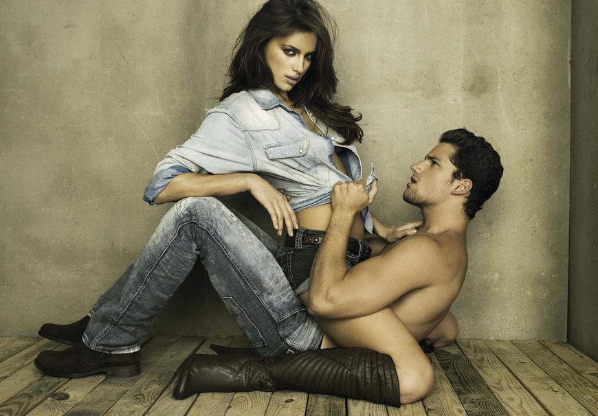 парень и девушка с имитатором мужчин