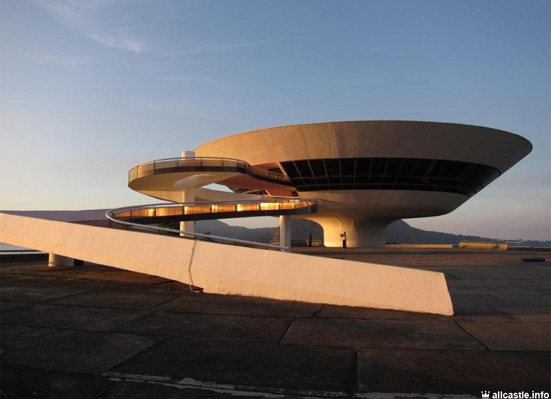 Знаменитое творение бразительского архитектора Оскара Нимейера возвышается на отвесной скале у берега моря, ставшее визитной карточкой города Нитерой.