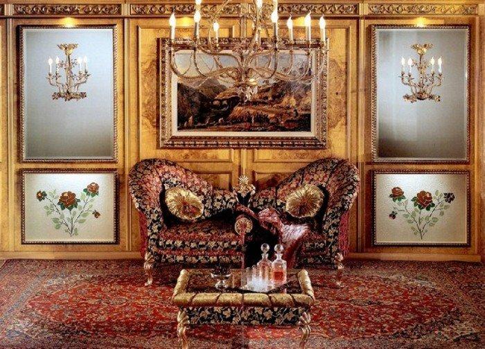 Роскошные кресла и кофейный столик в гостиной