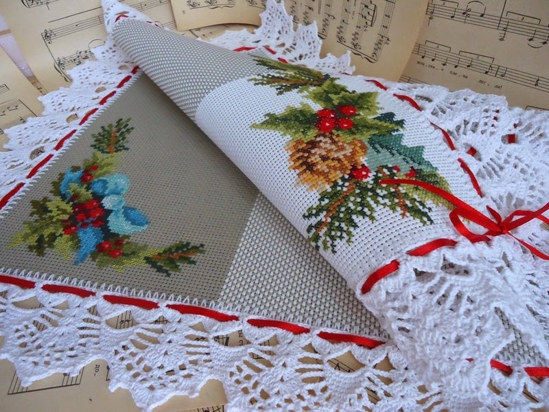 Салфетка крючком с вышивкой
