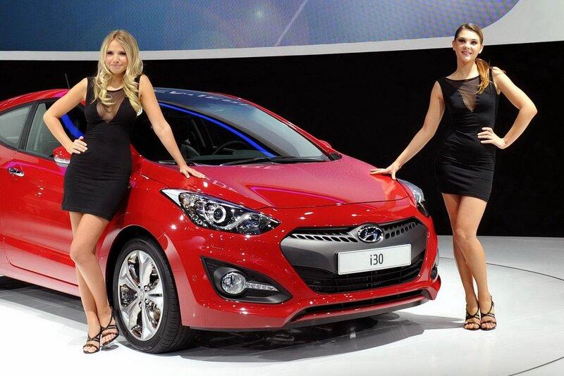 Девушки Парижского автосалона на стенде Hyundai