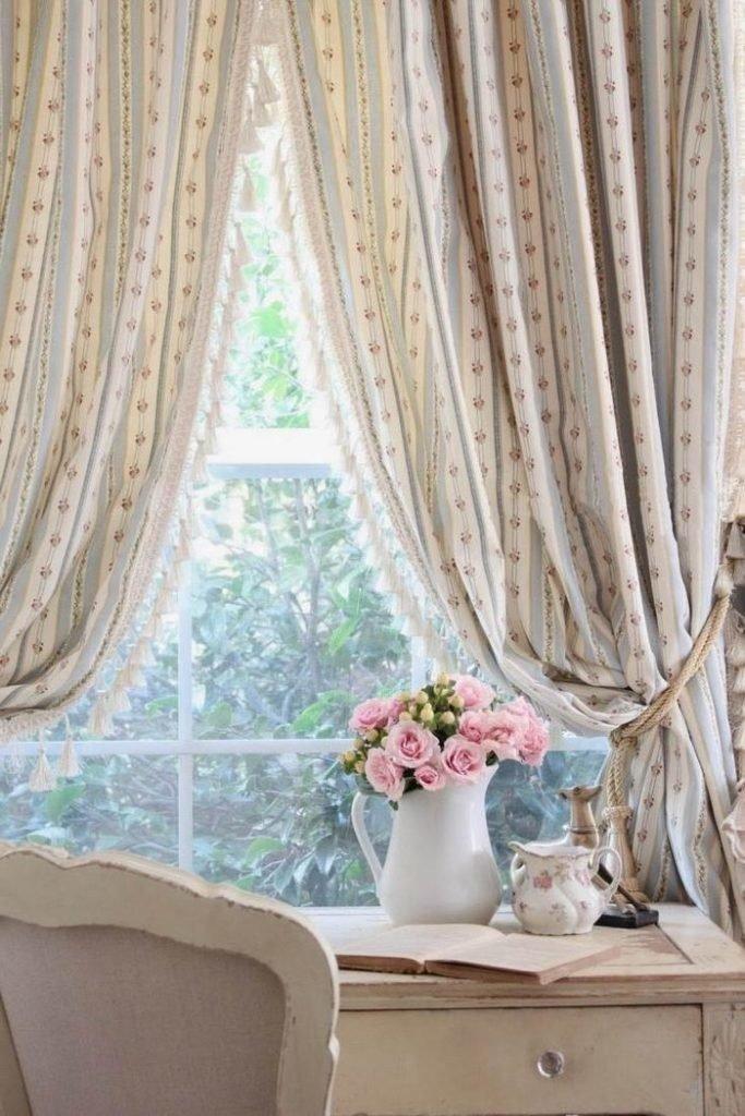 Шебби шик во всей красоте — потертая мебель и живые цветы, в обрамлении портьер бежево-серого цвета с мелкими розочками