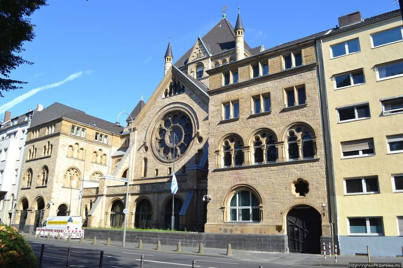 Синагога на Roonstraße была построена предпоследней из 5 синагог, существовавших в Кёльне до событий 'Хрустальной ночи'.