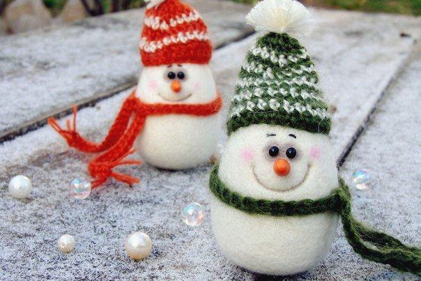 Милые снеговички в разноцветных шапочках