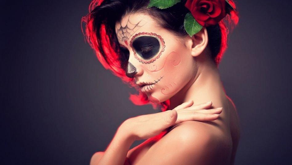 Картинка девушка с цветком на лице
