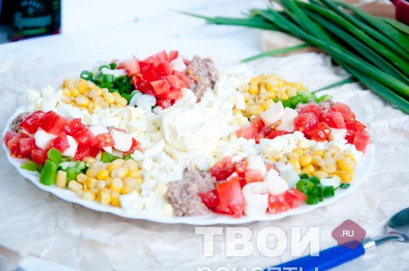Салат ассорти с сыром моцареллой и тунцом