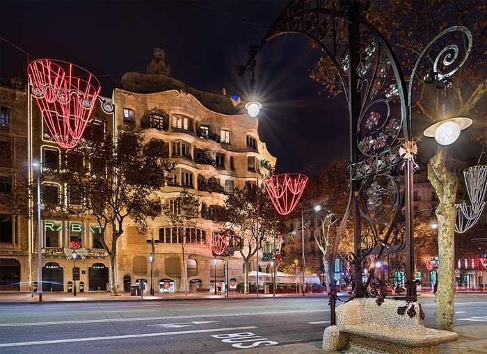 Рождество и Новый год в Барселоне станут для вас незабываемыми. Новый год в Барселоне подарит вам эмоций на ближайшие 365 дней. С приближением праздника столица Каталонии становится волшебной и магически притягательной.