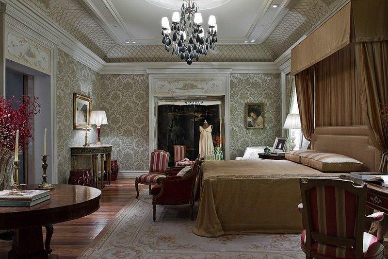 Большая кровать в мягких тонах для викторианского стиля