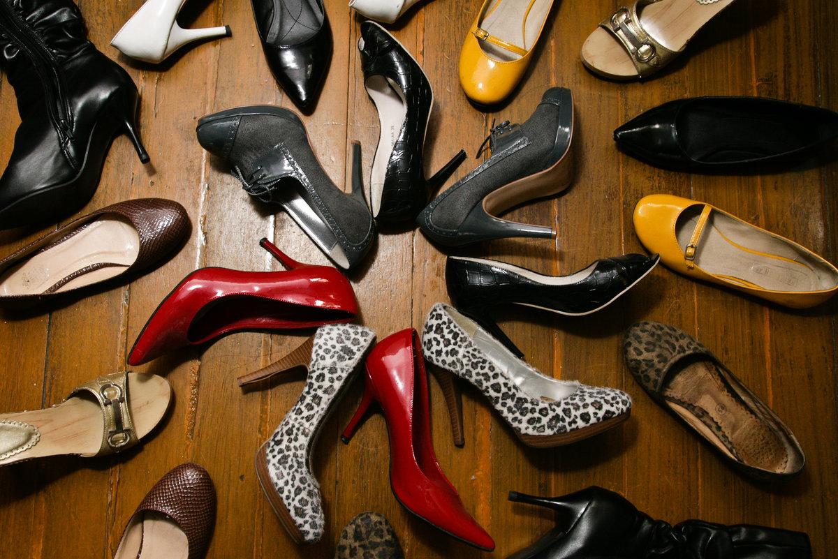 много туфель на одной картинке постепенно размягчался