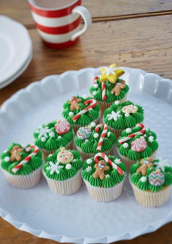 Елочка из капкейков с маленькими украшениями - новогоднее настроение