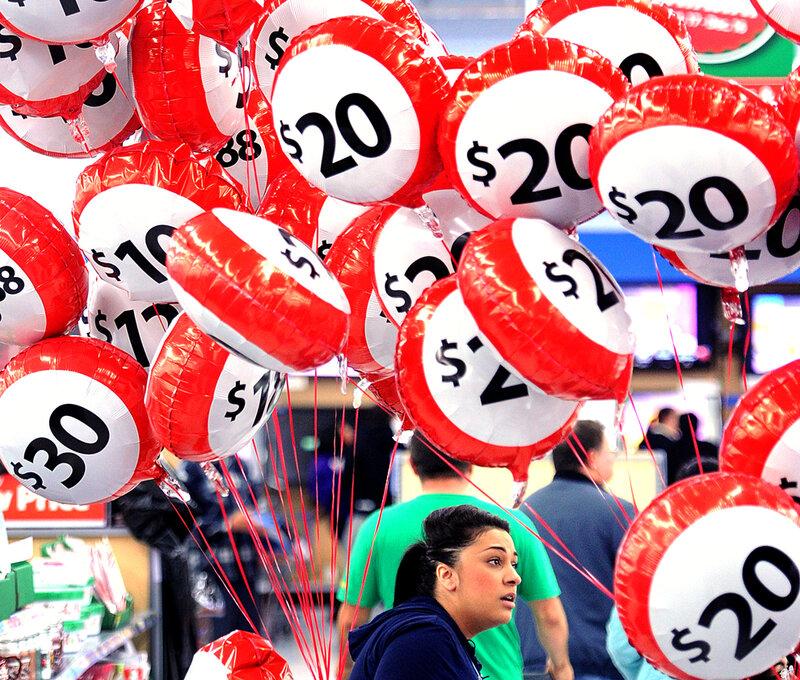Черная пятница в магазине Окленда, пространство пестрит шарами с указанием скидок.