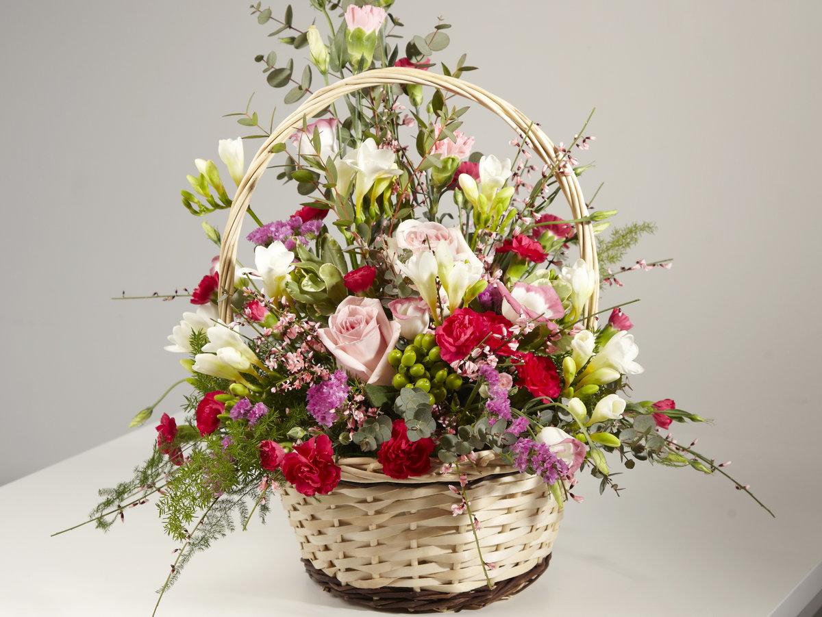 Букеты, составление букета в корзинке из роз