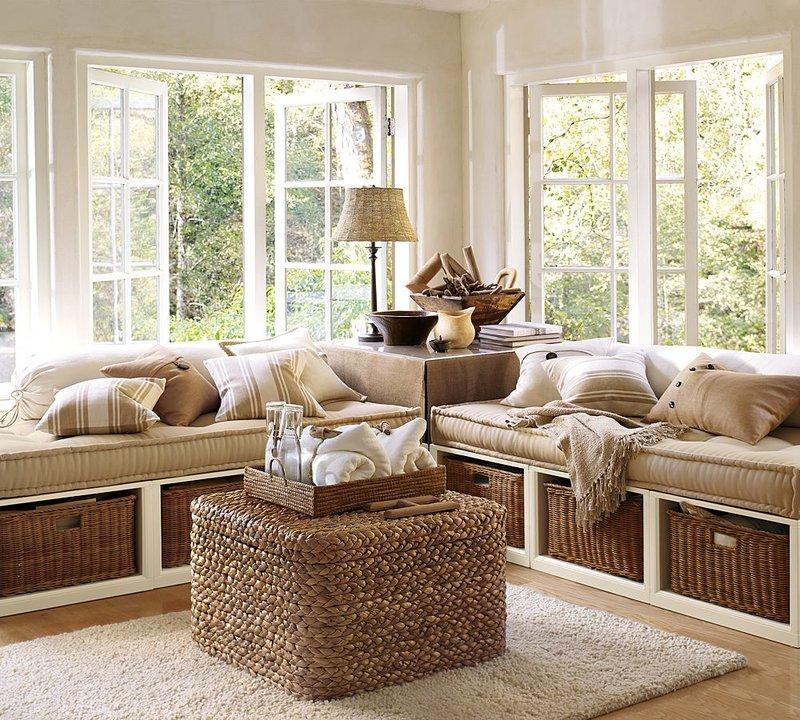Уютный интерьер в стиле кантри с плетеными ящиками.