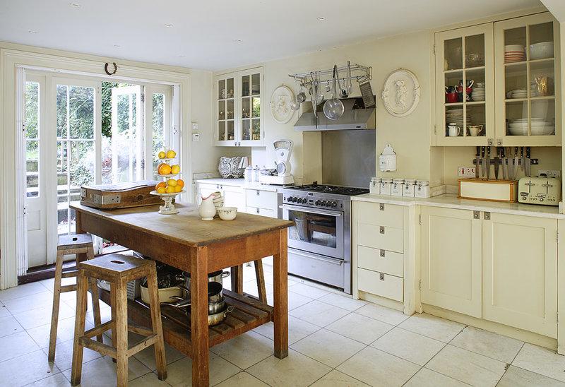 Деревянная кухня с состаренной мебелью